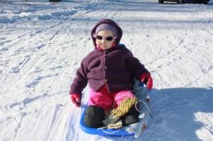 1.Tøffingen Eliisa med Solbriller på snei... Her er det gøy med akebrett!
