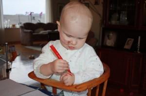 24.Eliisa oppdager at det faktisk er mulig å kreere små kunstverk på venstrehanda...