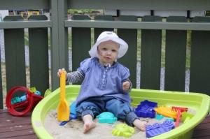 27.Sandkassa er en av denne sommerens favoritter! Eliisa koser seg med spade og spann.