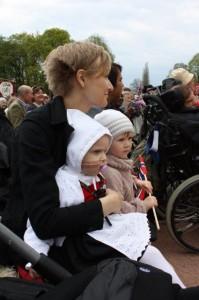 29.Årets 17 mai ble feiret på Slottsplassen i Oslo. Det ble masser av inntrykk for Eliisa denne dagen og det var det godt å slappe av i mor sin fang ved mer enn en anledning.