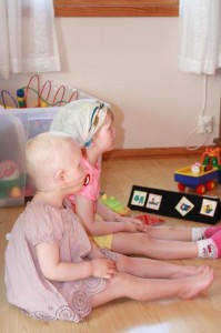 30.Om man er fra Norge eller Estland... spiller ingen rolle når Fantorangen flimrer over TV-skjermen. Jentene koser seg med Barne-TV.