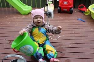 """38.""""Mer vann!"""" Her er det Eliisa som kommanderer mor til å hente enda en bøtte til å fylle opp vannkanna."""