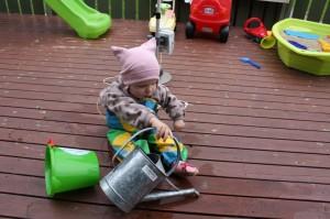 39.Om ikke annet enn for mor og far så er det godt å ha på Eliisa regnbukse når terrassen skal vannes.