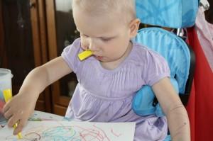 40.Eliisa benytter all slags måter å kompensere venstre håndens lammelser. Korker kan enkelt åpnes med tenner og munn mens venstre hånd og arm fungerer godt som lerret for små kunstverk.