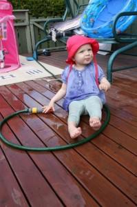 52.... Eliisa har klart å trekke med seg vannslangen og dertil skrue på vannet. Alltid kjekt med vann for Litlå.